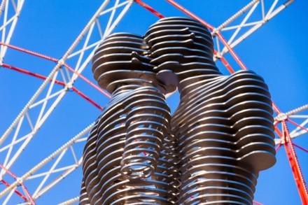 4.-Moving-metal-sculpture-Ali-and-Nino-old-name-Man-and-Woman-by-Tamara-Kvesitadze-in-Batumi-sourcesaiko3p-Shutterstock.com_-699x466